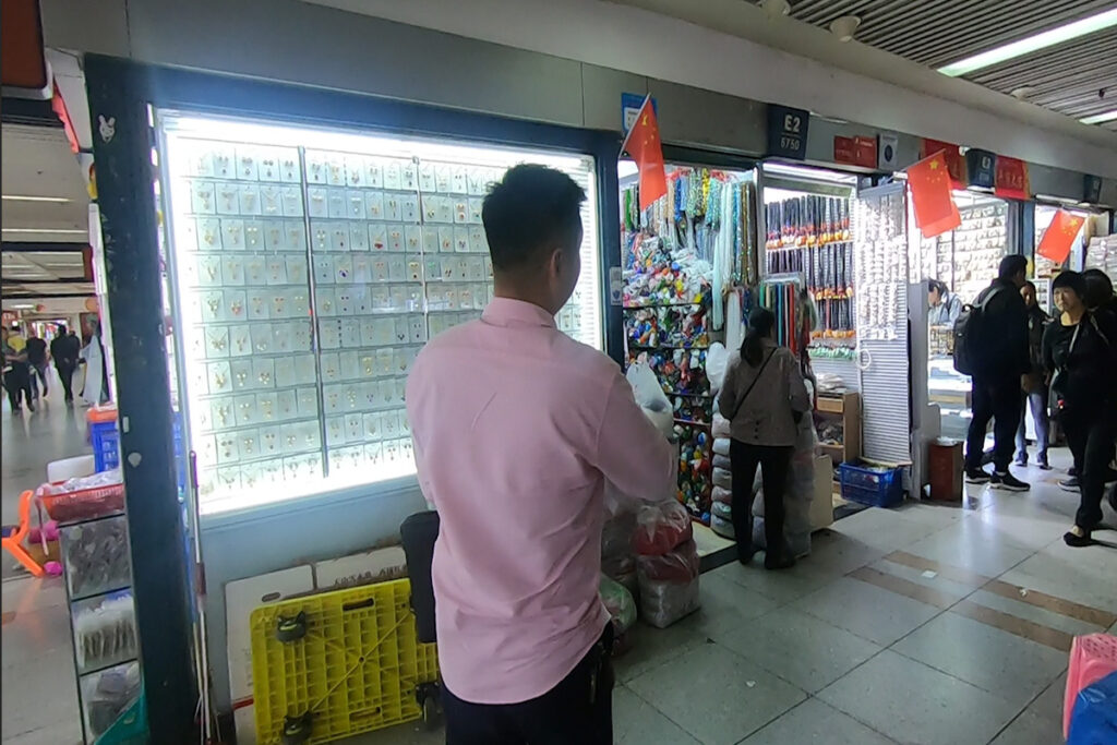 Guide in the market