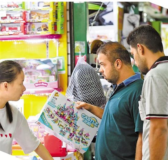 Foreign-Merchants-Phurchase-in-Yiwu-International-Trade-Market